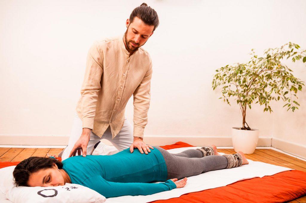 Frau liegt entspannt auf einem Futon während einer Shiatsu Behandlung